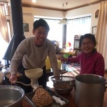 *味噌作り体験一例/大豆をつぶしてペースト状に。
