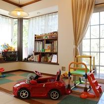 *キッズスペース/食堂の一角にはお子様用のプレイスペースがございます。