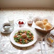 *朝食/自家製の燻製(ベーコンやスモークチキン)、自家製焼きたてパン・卵、サラダなど洋朝食