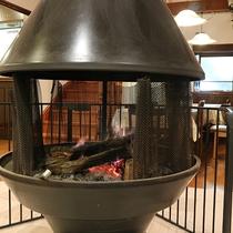 *食堂の暖炉/冬は暖かい暖炉のそばでゆっくりお食事を・・
