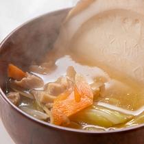 【せんべい汁】ほのかな甘みと汁の塩気に箸が進む東北の郷土料理