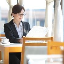 レストランではコーヒーを飲みながら朝刊を読むことも可能◎