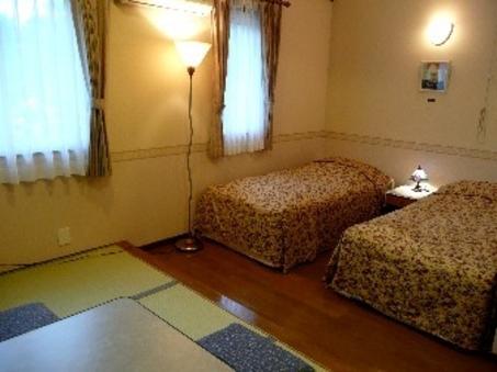湖側の景色の良い和洋室(小あがり4畳+2ベッド)