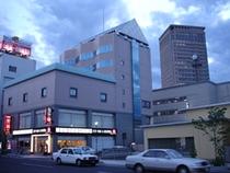 ホテルの外観(一例) 後ろに見えますのが、山形の夜景スポットの1つ「霞城セントラル」