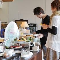 【朝食サラダコーナー】 低農薬フレッシュサラダ・十勝産小豆の白玉汁粉もお楽しみいただけます