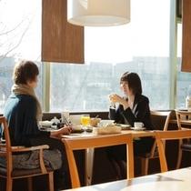 2Fレストラン「ガーデンズカフェ」時間を気にせず窓からの景色を見ながらくつろぎのひと時を