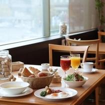明るい日差しが差し込むレストランでの朝食