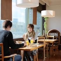明るい日差しが差し込む2Fレストランでの朝食