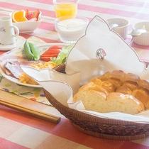 *[朝食一例]ジャムやおかずを焼きたてパンに挟み「手作りサンドイッチ」をお楽しみ下さい
