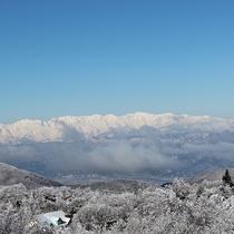 *[周辺/冬]ウィンターシーズンの北アルプスを望む菅平高原