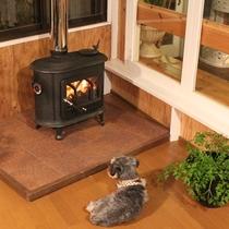 *[薪ストーブ]遠赤外線の輻射熱はとても暖かくお部屋全体を暖め身体も芯から暖まります