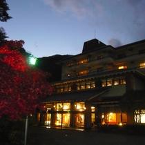 紅葉玄関前 (夜)