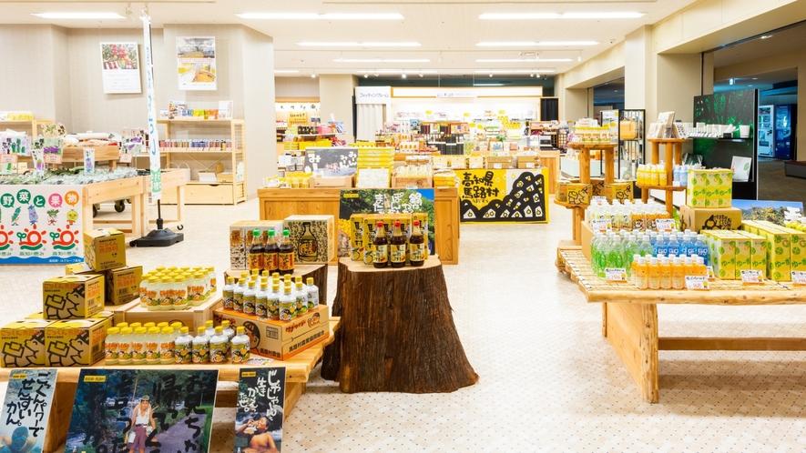 店舗内にはぽん酢しょうゆをはじめとした馬路村商品も幅広く取り扱っております。
