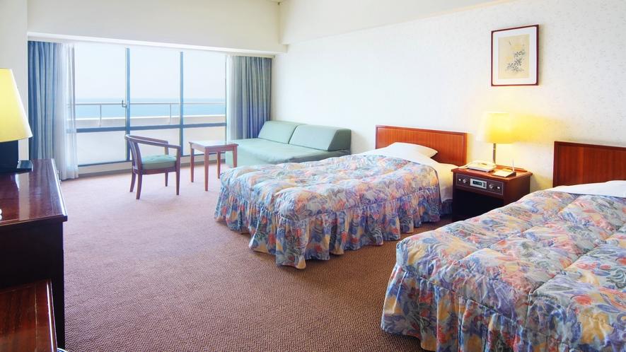 洋室はベッド2台があり、3名様以上はソファベットでのご用意となります。