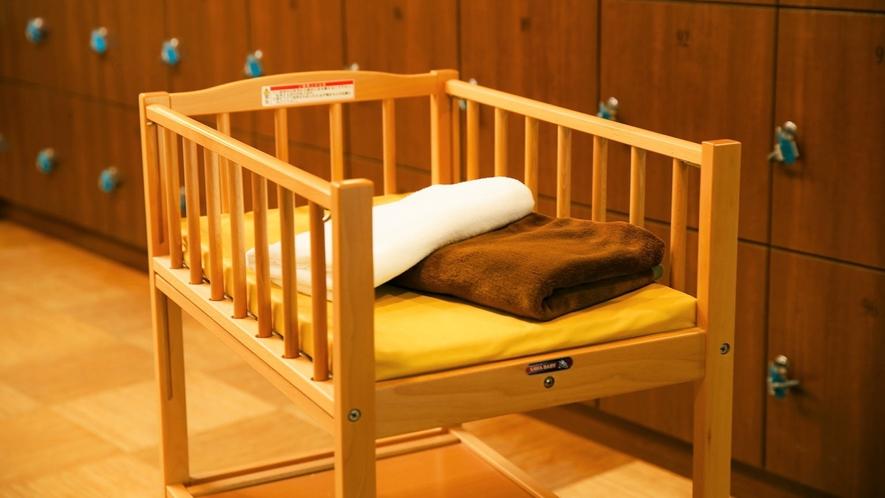 脱衣所にはお着換えやおむつ替えなどにご利用いただける小さなお子様用ベッドがございます。