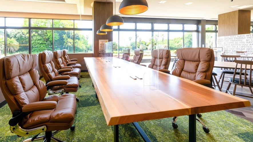 8名様掛けのビックテーブルは樹齢100年を超える杉板を使用しております。