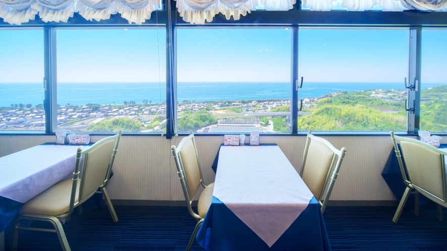 朝食会場は最上階にあり、雄大な太平洋や海岸線を走る土佐くろしお鉄道をご覧いただけます。