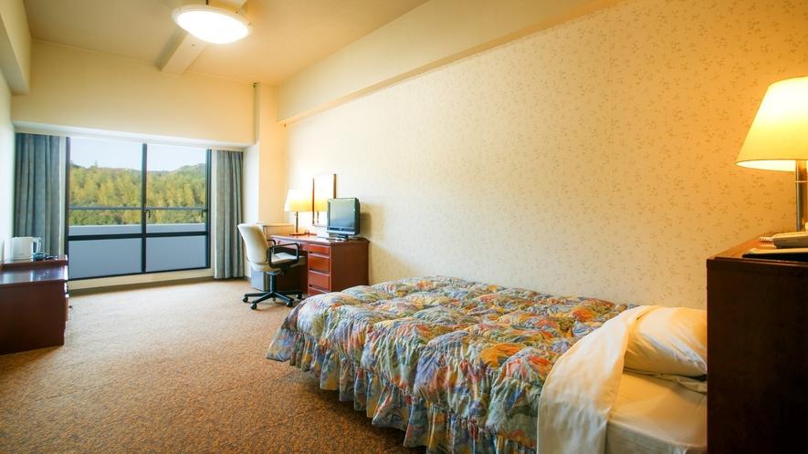 シングルルームはお荷物を広げてゆったりご滞在いただける広さ22平米。景観は全室山側となります。