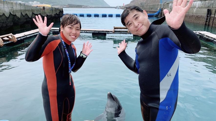 YouTuberのてっちゃん、きくりんに教えていただきながらイルカのとしちゃんと一緒に泳ぎました♪