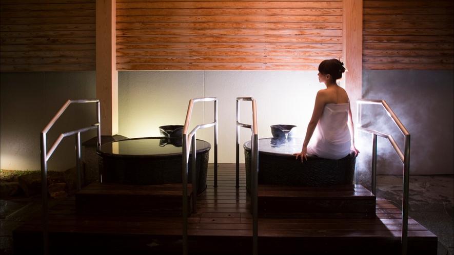 壺湯はおひとり様でゆったり浸かれるサイズでございます。※撮影の為タオルを使用しています。