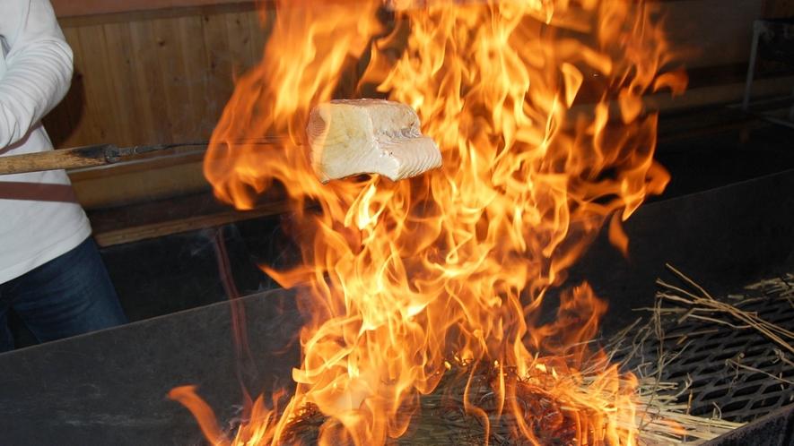 炎にちょっぴりビックリいたしますがこの強い火力が美味しい鰹の藁焼きタタキを作るポイント!