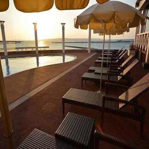 プールから見た夕日