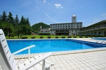 ホテル中庭にあるプール
