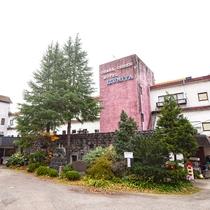 *【外観】白石川の渓谷沿に位置する、閑静な山の秘湯ホテル。