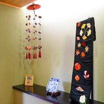 *【廊下】施設内の各所には宮城県の民芸品が飾られております。