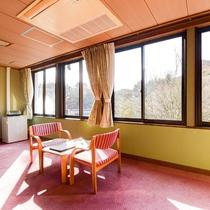 *【和室一例】大きな窓からは、暖かな日差しが降り注ぎます。