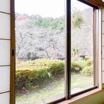 *【景観】広間の窓の外にも大自然が広がります。