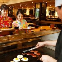 【朝食バイキング】シェフがその場で焼き上げる鉄板焼!出来立てを召し上がれ!
