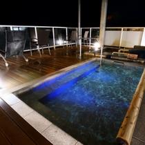 【男性限定】夜はライトアップ効果で、湯面が海上から浮かび上がっているような幻想的な空間をお届けします
