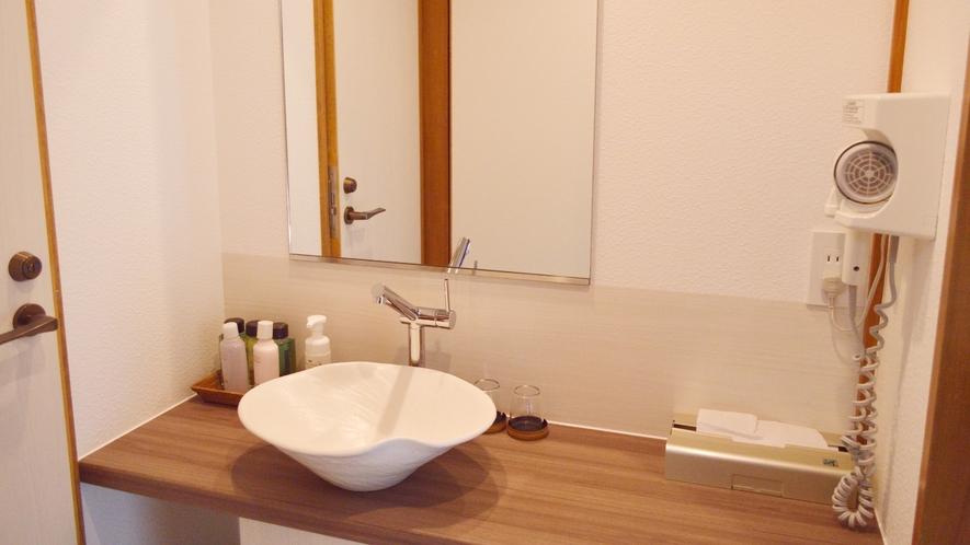 渓流テラス付き和室。洗面台