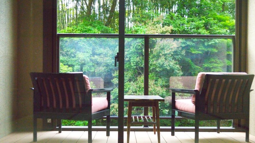 渓流テラス付き和室。目の前には緑と渓流。部屋にいながらまるで川床のような雰囲気をお楽しみください。