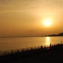 海に沈む夕日…。ロマンチックな景色です♪