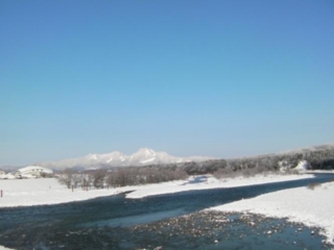 荒川と朴坂山の冬景色