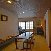 【談話室】お風呂上りにマッサージチェアや読書をお楽しみに♪