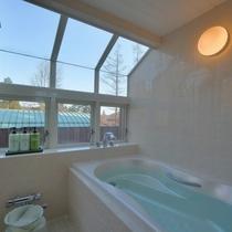 【203/スタンダードタイプ】ゆったりタイプの洋風専用テラス露天風呂。眺望もすばらしく、テラスで夕涼