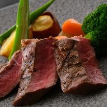 牛ヒレ肉のステーキ季節の野菜添え