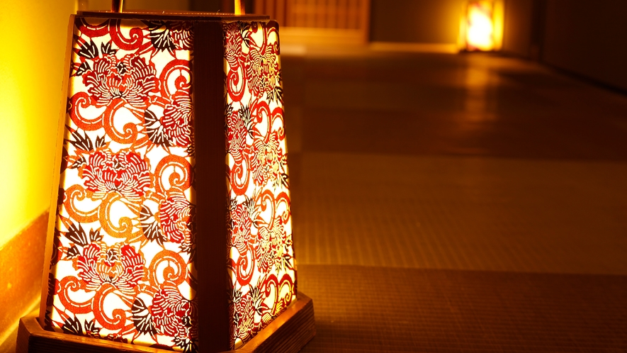 【館内の廊下】和模様がかわいい色とりどりの路地行灯
