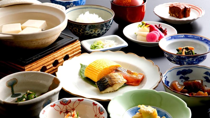 伝統ある嵯峨野のお豆腐が付いた品数豊富な朝食