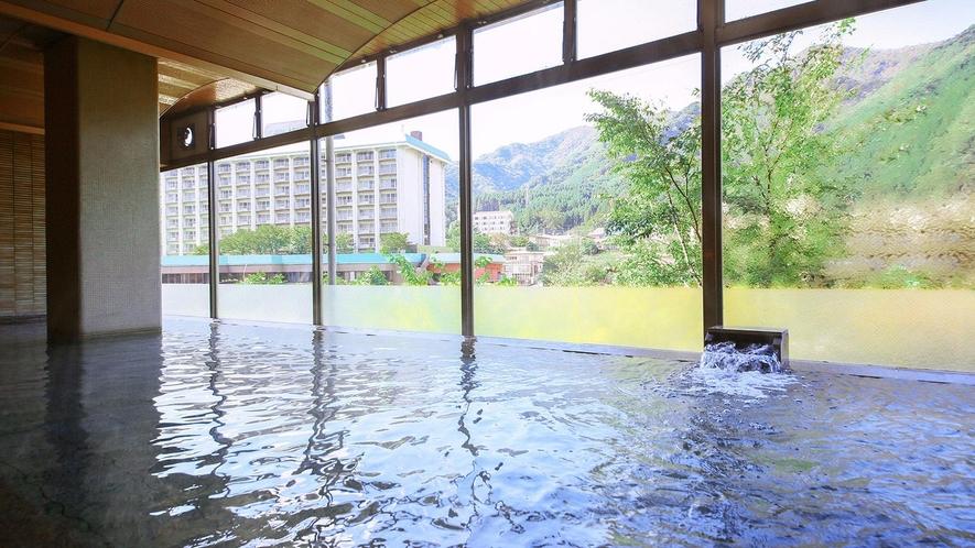 百花の湯/川に面した窓からは四季折々の鬼怒川と山々の景色を眺めることができます。