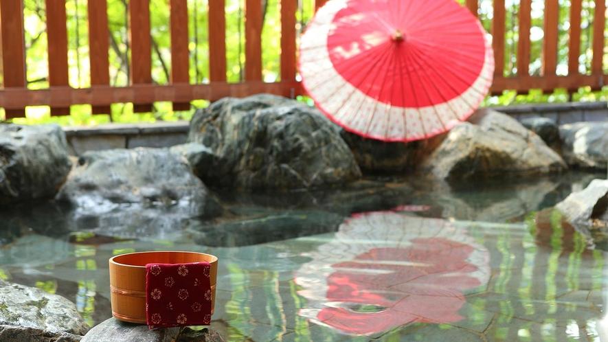 離れの露天風呂。風情を感じながら、落ち着いた雰囲気でゆったりと寛ぎのひとときをお過ごしください。