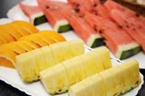 <朝食バイキング>  新鮮なフルーツで体もフレッシュに!(内容は季節により変わります)