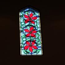 【ロビー】ロビーにあるステンドガラスは津和野のカトリック教会をイメージしています