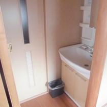 【和室10畳+7畳】洗面所になります。
