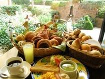 焼き立てパンの朝食、季節にはパンに合うスープをお出ししています