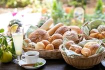 人気の朝食 焼き立てパン
