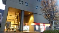【玄関(夜)】ホテル&コンビニ